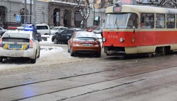 """Столичні """"герої парковки"""" влаштували фотосесію на тлі створеної пробки (Фото)"""