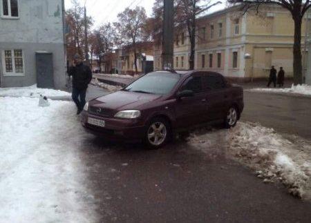 """Черговий """"герой парковки"""" підкорює простори інтернету (Фото)"""