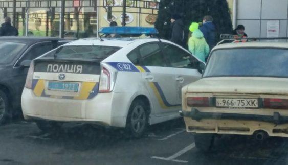 «Герой парковки» на поліцейському авто обурив людей (Фото)