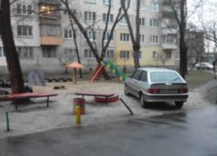 Герой парковки окупував дитячий майданчик (Фото)