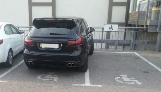 Який штраф чекає водія, якщо він припаркується на місці для інваліда (Відео)