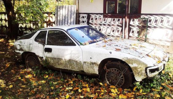 На звичайному подвір'ї в Україні знайшовся занедбаний елітний спорткар (Фото)