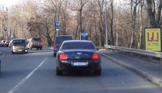 Картина маслом: Bentley з елітними номерами МВД в Києві (Фото)