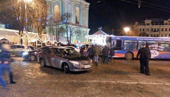 """""""Герой парковки"""" заблокував рух транспорту біля головної ялинки (Фото)"""