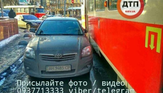 Автохам паралізував рух трамваїв у Києві (Фото)