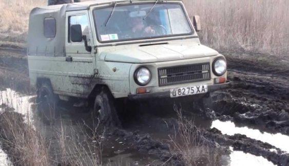 Маленький український ЛуАЗ на бездоріжжі втер носа іменитим позашляховикам (Відео)