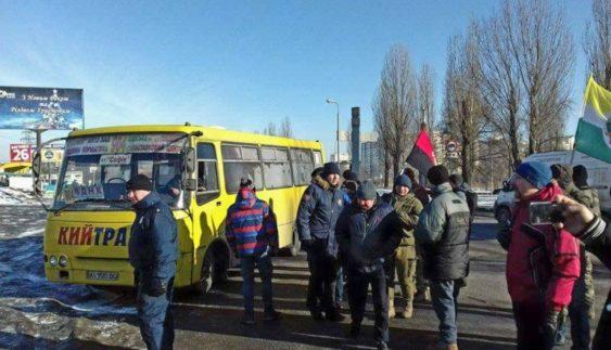 Перекриття дороги на Київщині: боротьба з перевізниками триває (Відео)