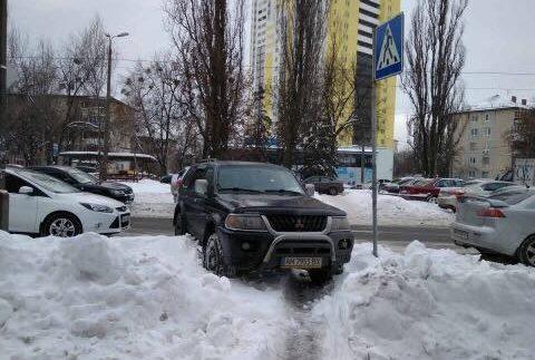 Автохам повністю заблокував пішохідний перехід (Фото)