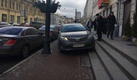 """""""Автохам"""" припаркував авто на сходах ресторану (Фото)"""