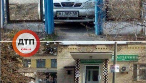 """У Києві """"автохам"""" заблокував дорогу до лікарні (Фото)"""