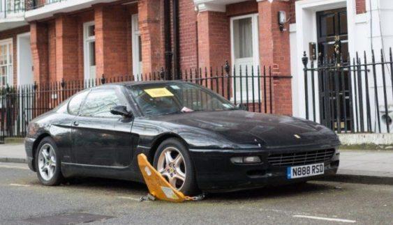 У центрі столиці вже два роки стоїть занедбана Ferrari (Фото)