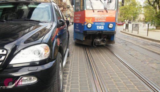 Автохам на іномарці заблокував рух трамваїв (Фото)