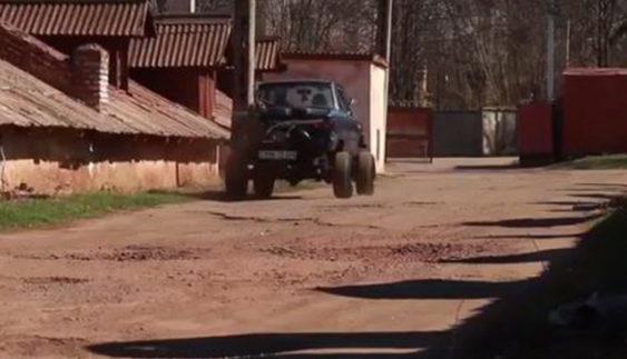 """Для криворізького бездоріжжя майстри створили джип з """"Запорожця"""" (Відео)"""