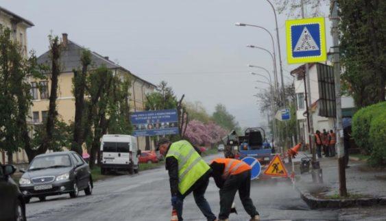 Українські комунальники дивують технологіями ремонту доріг (Фото)