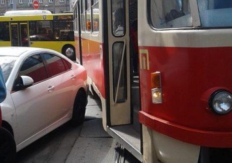 """Через """"героя парковки"""" на Подолі зупинилися трамваї п'яти маршрутів (Фото)"""