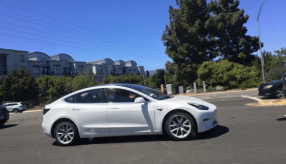 """Розсекречені характеристики """"бюджетного"""" електрокара Tesla Model 3"""