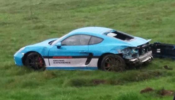 В полі поблизу Львова знайшли розбитий Porsche за 2 млн грн (фото)