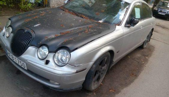 Сумне видовище: кинутий в Україні Jaguar з кричущою запискою на склі