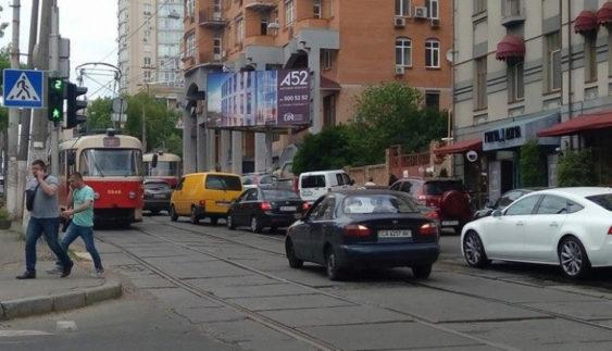 """Як столичні трамваї перевиховують """"автохамів"""" (Фото)"""