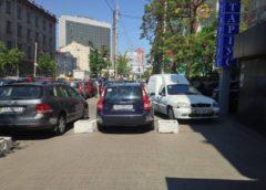 """У центрі Києва """"герої парковки"""" повністю перекрили тротуар"""