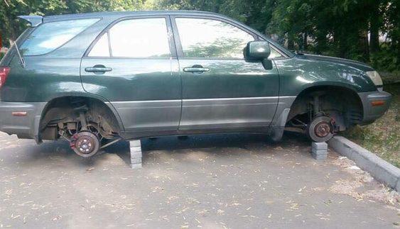 У Києві з елітного позашляховика зняли всі чотири колеса (Фото)