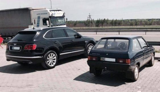 Україна в одному фото: Таврія поруч з найдорожчим позашляховиком в світі
