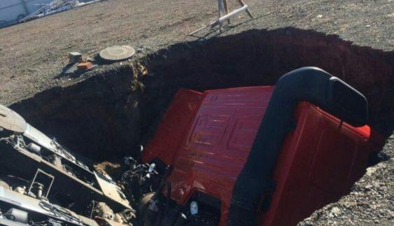 У Росії на стоянці КамАЗи провалилися під землю