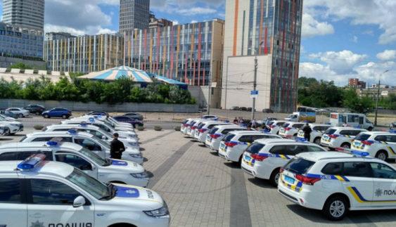 Аваков у Дніпрі вручив поліцейським 38 бензинових японських електрокарів