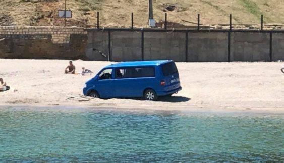 Автохам поплатився за те, що заїхав на пляж (Фото)