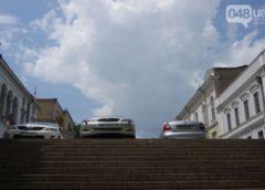 Автохами припаркувалися прямо на сходах (Фото)