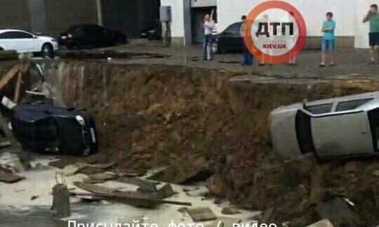 В Києві під землю провалилися автомобілі (Фото)
