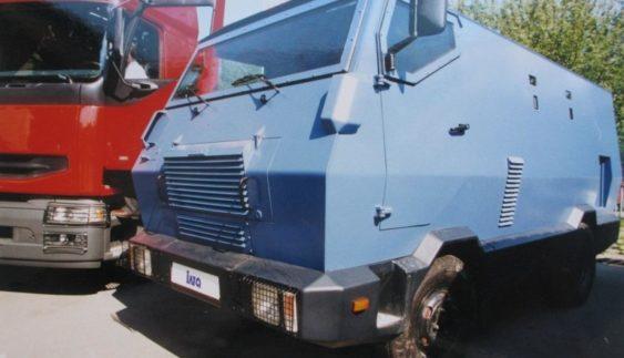 Незвичайний бронеавтомобіль з двигуном Land Rover помічений на вулицях Києва (Фото)