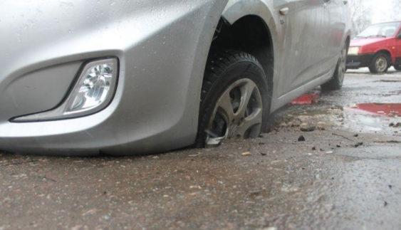 """Столичні копи пояснили, що робити, коли автівка """"пішла під землю"""""""
