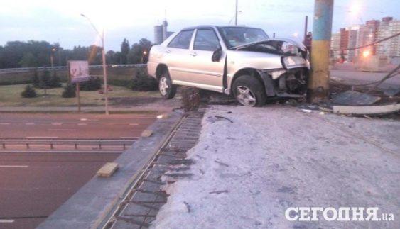 """""""Летючий голландець"""". Громадянин Нідерландів завис над київським мостом в авто (Фото)"""