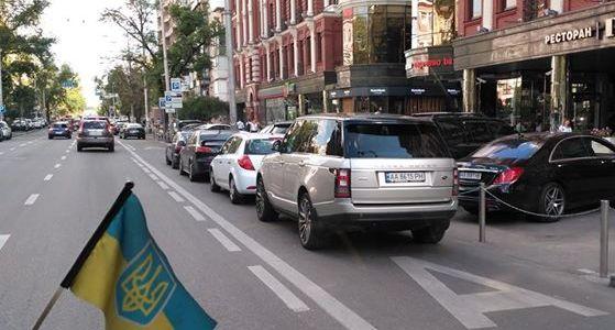 """""""Автохами"""" заблокували смугу руху громадського транспорту (Фото)"""