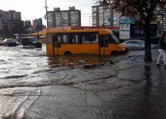 Негода в Україні: з автомобілів змило десятки номерів (Фото)