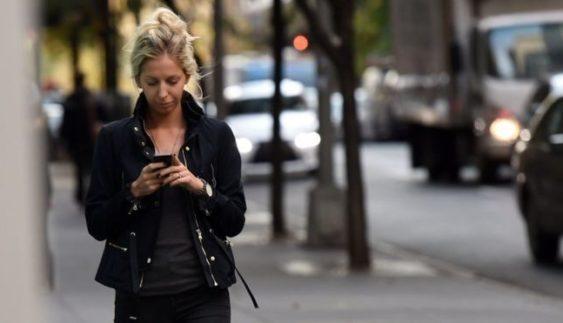 За використання смартфонів на дорозі відтепер штрафуватимуть