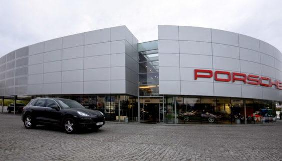 У Німеччині спалили автосалон Porsche (Відео)