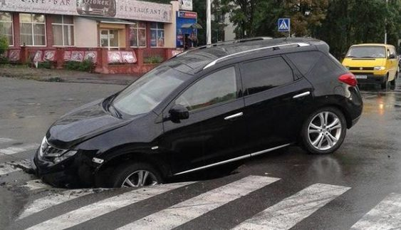 У Києві свіжий асфальт «поглинув» авто (Фото)