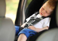 У поліції розповіли, які штрафи загрожують батькам за залишених у спекотних автівках дітей