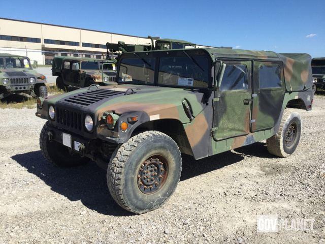 У США за безцінь продають старі армійські «Хаммери»