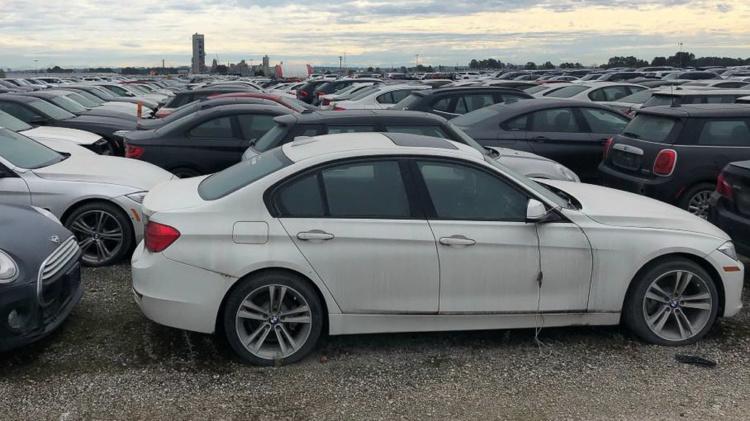 Тысячи новых автомобилей BMW и MINI ждут утилизации под открытым небом (ФОТО)