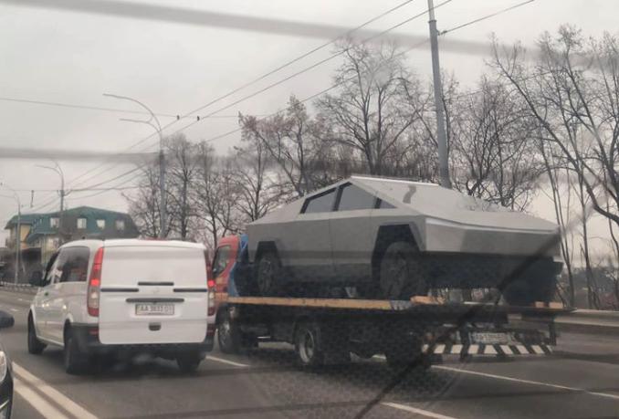 Неожиданно: на дорогах Киева заметили Tesla Cybertruck (ФОТО)