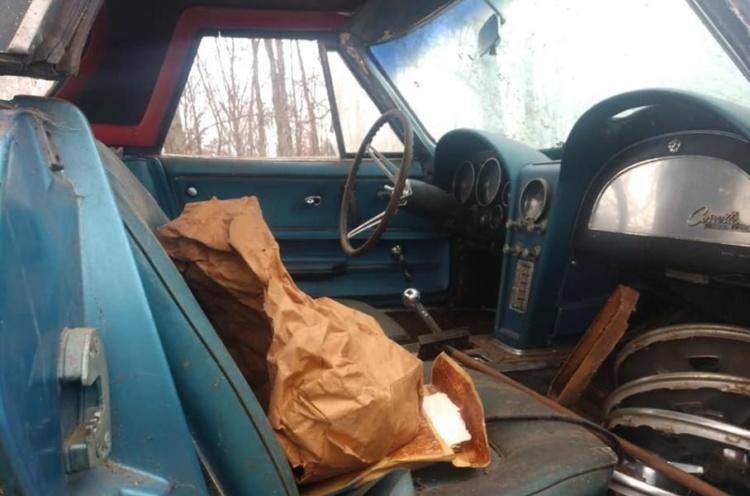 В США в старом гараже обнаружили коллекционный Chevrolet Corvette 1965 года (ФОТО)