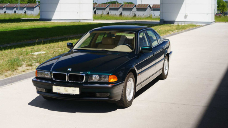 Продемонстрували «сімку» BMW, яка простояла 23 роки в спеціальній капсулі