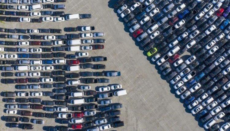 Тисячі нікому не потрібних нових і старих машин заполонили стадіони в США