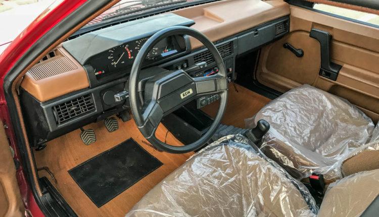 Очередная капсула времени: в гараже обнаружили «Москвич-2141» 1990 года выпуска в идеальном состоянии (ФОТО)