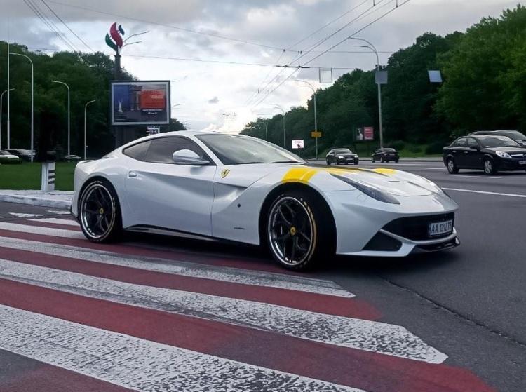 В Україні помітили рідкісну і найкрасивішу Ferrari