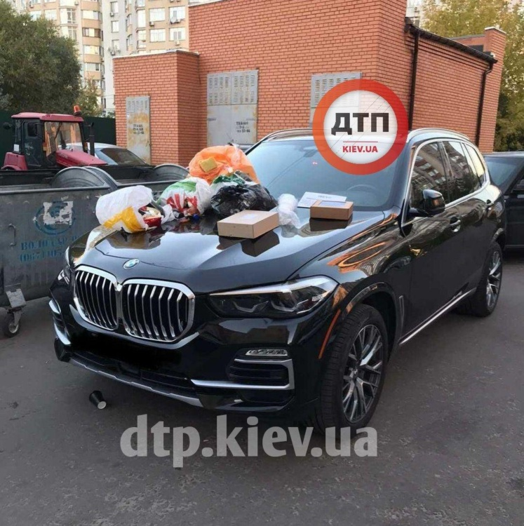 """У Києві жорстко """"покарали"""" водія BMW X5 за неправильну парковку (Фото) thumbnail"""